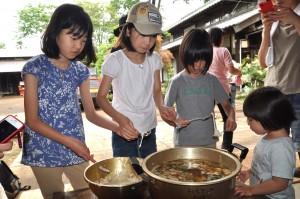 煮イだんごづくり この料理は昔から東久留米に伝わる料理です。初夏に収穫された小麦と、地場産の冬野菜で作ります。