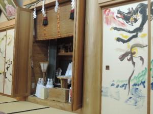 宿の広間です。立派な神棚とおおかみの襖絵。