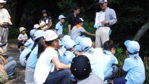 湧水の周辺の生物について教えてもらった。