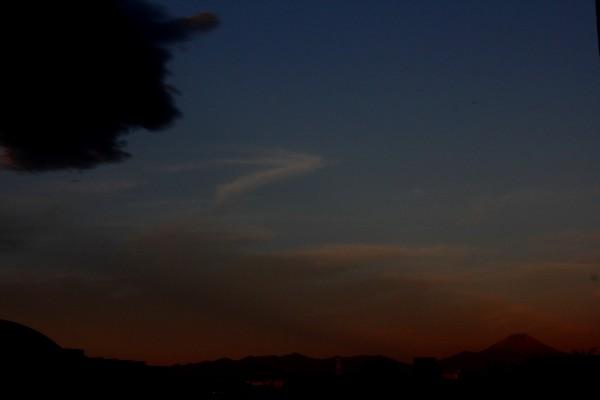 ①日の出前の富士山に・・
