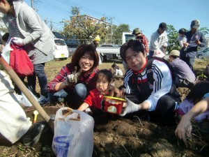 H271025サツマイモ掘り及び炊き出し訓練 (79)