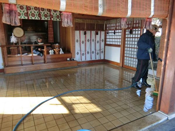 H271230門前氷川神社清掃作業 (3)