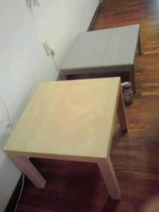 低いテーブル二個 奥の柄つきテーブル 62センチ×62センチ 高さ31センチ 手前の木のテーブル 55センチ ×55センチ 高さ45センチ